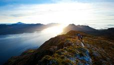 登山看日出的情侣