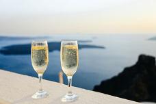 装满香槟酒的酒杯