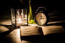 烛光闹钟和书本