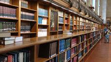 书架上摆放整齐的书